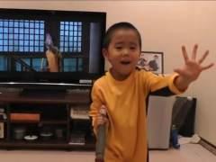 Niño que imita a Bruce Lee