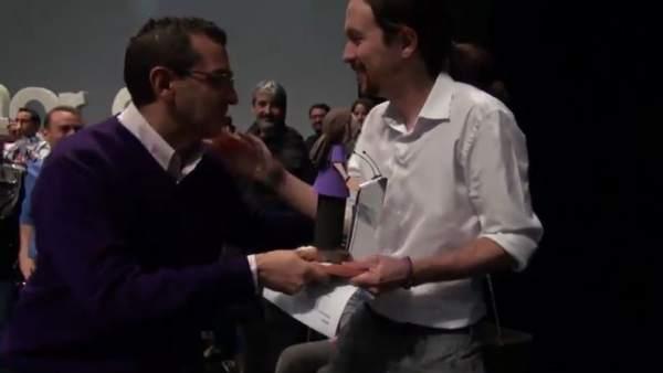 La anécdota del acto en Sevilla de Pablo Iglesias: estuvo acompañado por su 'mini yo'
