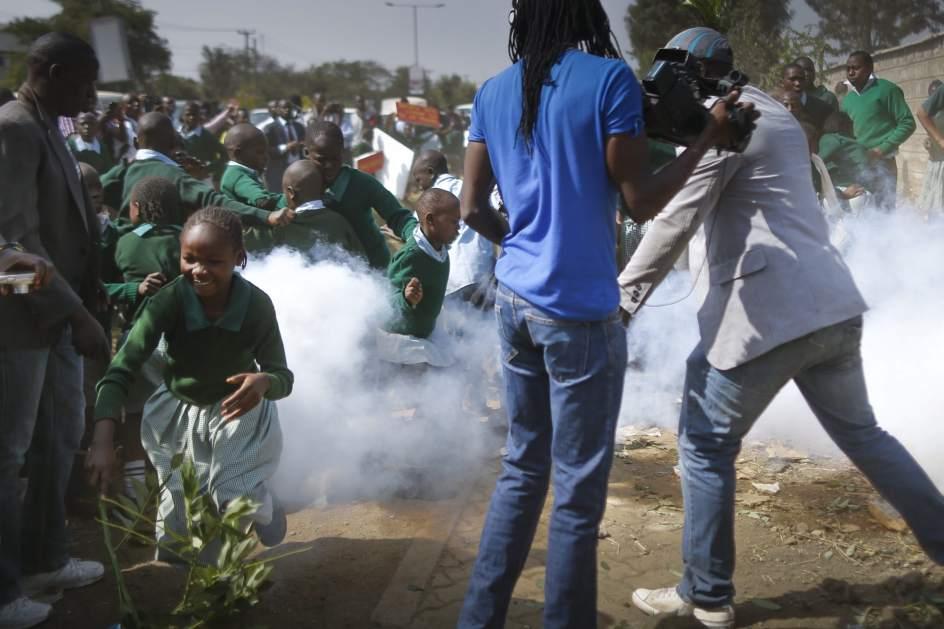Reprimen una protesta infantil con gases lacrimógenos