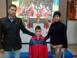 Cristian, con sus padres