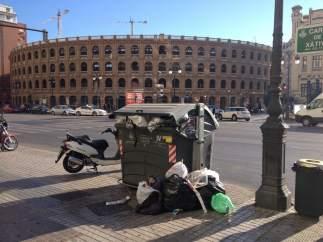 Un contenedor repleto de basura.