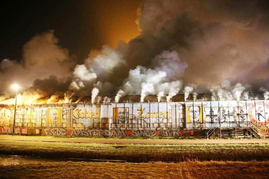 Incendio en sede de los aficionados del Ajax