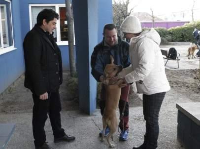 Teresa Romero con su nuevo perro