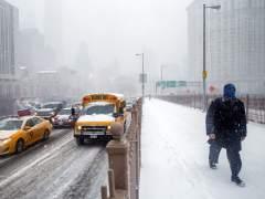 Un hombre camina bajo la nieve por el puente de Brooklyn en Nueva York