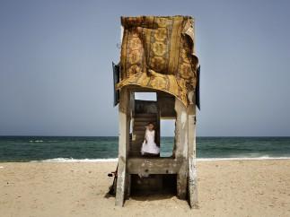 Vestido de fiesta en la playa - Tanya Habjouqa