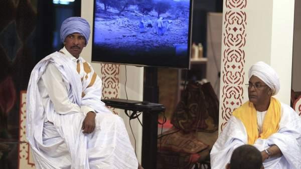 Dos hombres posan con ropa tradicional mauritana