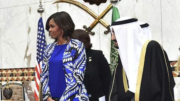 Michelle Obama genera revuelo al prescindir del velo en Arabia Saudí