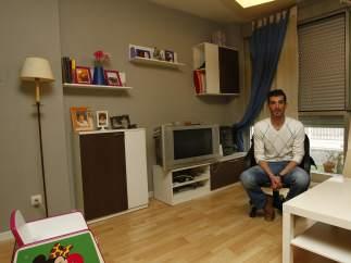 Fernando en el sal�n de su vivienda, donde vive con su pareja y su hija Claudia, de 3 a�os, en el distrito de Carabanchel, Madrid. El fondo buitre Blackstone y su veh�culo empresarial Fidere los quieren desahuciar.