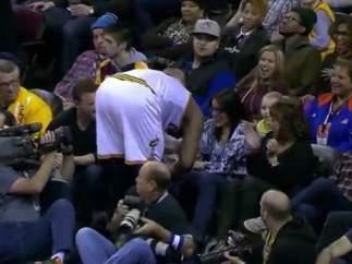 LeBron James besa a una aficionada