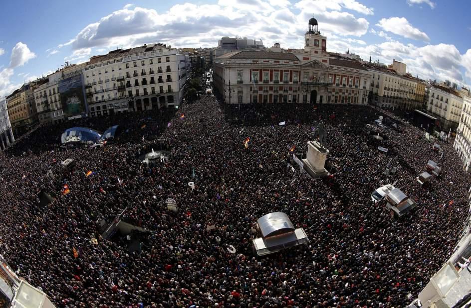 Sol abarrotada. Vista de la Puerta del Sol de Madrid abarrotada antes de la comparecencia de Pablo Iglesias.