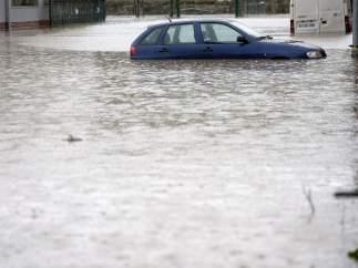 Un coche entre las inundaciones