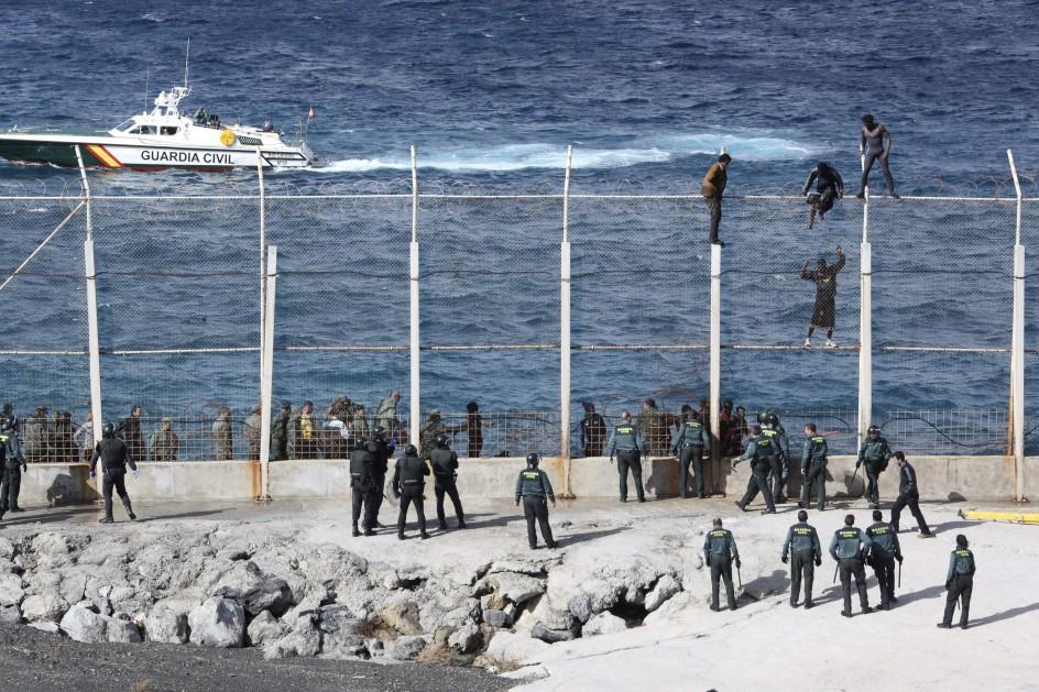 50 inmigrantes asaltan la frontera de Ceuta