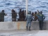 Inmigrantes en la valla de Ceuta