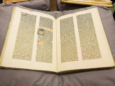 Ejemplar de la Biblia de Gutenberg que posee la Universidad de Sevilla