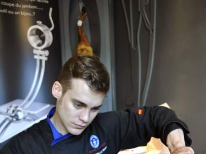 Noé Bonillo (valenciano) tras batir el récord en la tienda Les Grands d'Espagne