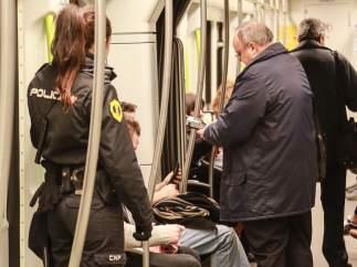 Revisores en el metro.