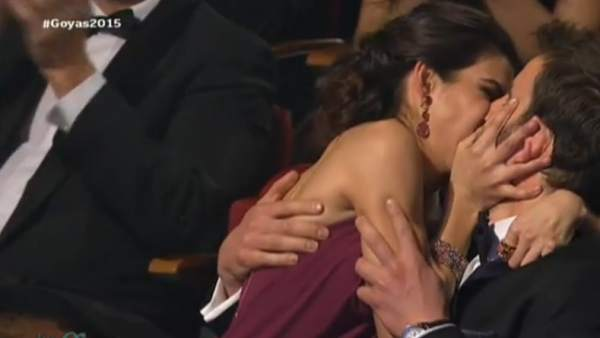 Beso de Clara Lago a Dani Rovira