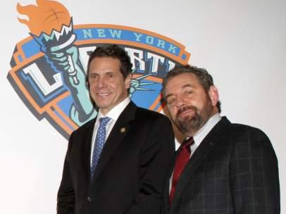 James Dolan (a la derecha), Andrew Cuomo (izquierda)