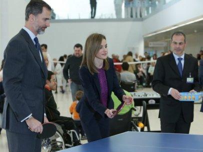 El rey Felipe VI y Letizia juegan al ping pong durante un acto oficial.