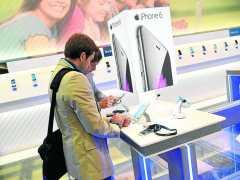Jóvenes comprando móviles