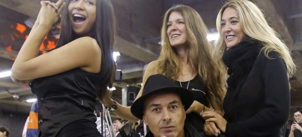 Las integrantes de Ella Baila Sola (Maria Botia y María del Mar García), y Amistades Peligrosas (Simoney y Alberto Comesaña), durante un concierto en agosto de 2014, en el metro de Santiago de Chile.