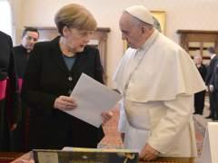 Merkel regañó al papa por haber comparado a Europa con una mujer estéril