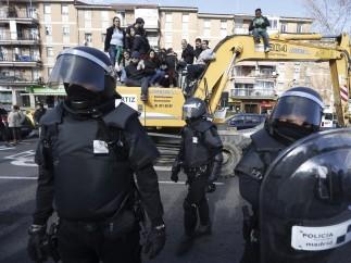 Los activistas 'toman' una excavadora