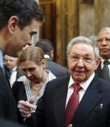 Pedro S�nchez charla con Ra�l Castro