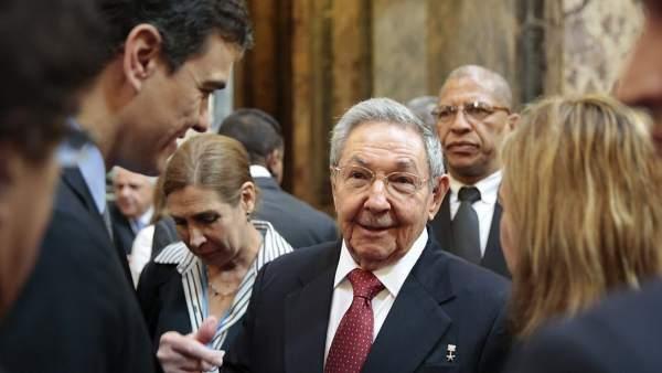 Pedro Sánchez charla con Raúl Castro
