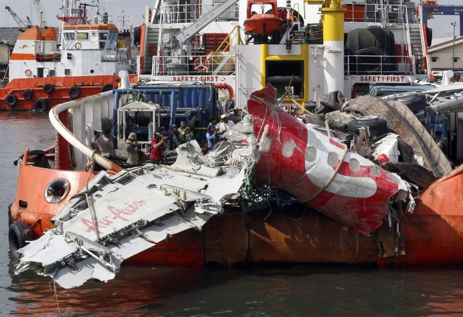 Los restos del avión que se estrelló en el mar de Java