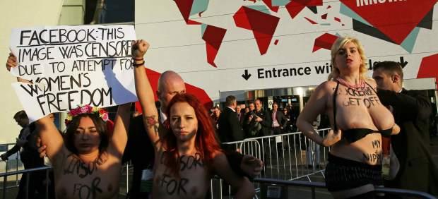 """Activistas de Femen protestan en el Congreso Mundial de Móvil por el """"machismo"""" de Facebook"""