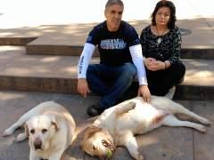 Nicol�s Garc�a e Inmaculada Rodr�guez, junto a sus perras.