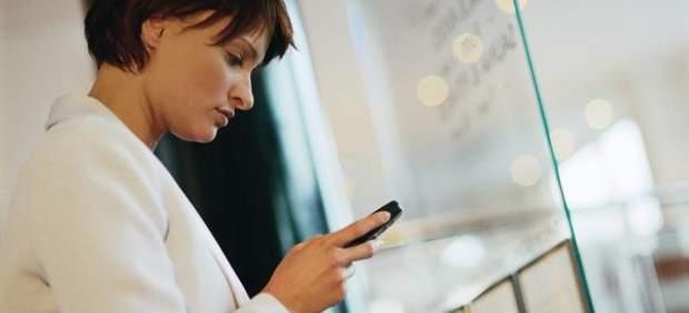"""Enganchados al móvil: más 'whatsapps', roces con la familia y un """"cambio"""" en nuestra vida"""
