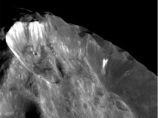 Brillo de hielo en un cr�ter de Phoebe, sat�lite de Saturno
