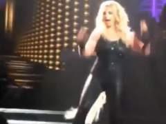 A Britney Spears se le cae el pelo en un concierto