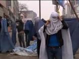 J�venes afganos, en burka por las mujeres