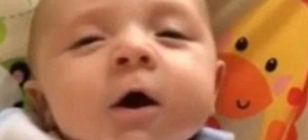 """Cillian, el bebé de siete semanas que arrasa en Internet con su """"hello"""""""