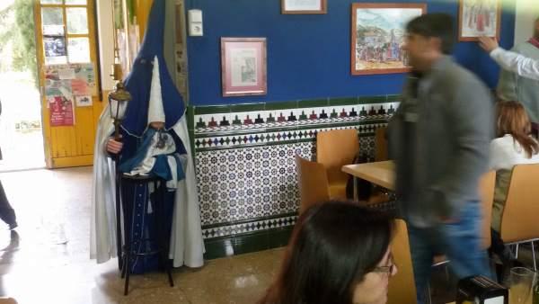 Imagen del nazareno a tamaño natural en la cafetería de la facultad de Odontología de Granada.