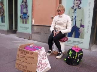 Saray pidiendo en una calle de Sevilla.