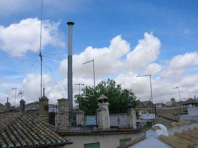 La antena camuflada de telefon a del barrio del albaic n for Antenas parabolicas en granada
