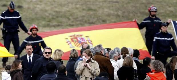 Las familias recuerdan a sus fallecidos junto al lugar del accidente