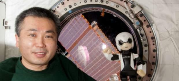 El robot Kirobo y el astronauta Koichi Wakata.