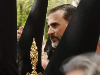 El Rey Felipe VI entre los nazarenos de la Hermandad de Santa Genoveva.