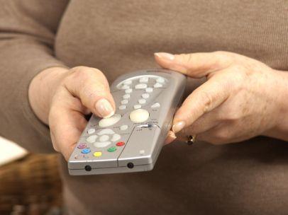 Una mujer con mando a distancia