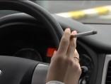 Quieren prohibir fumar en el coche.