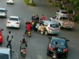 Queda atrapada bajo la rueda de un coche
