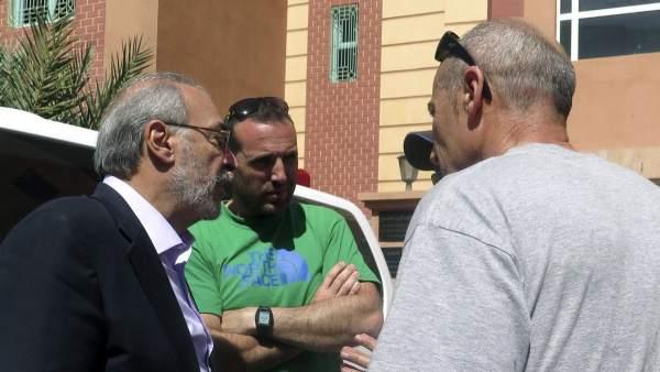 El consul en Nador con los familiares de los espeleólogos