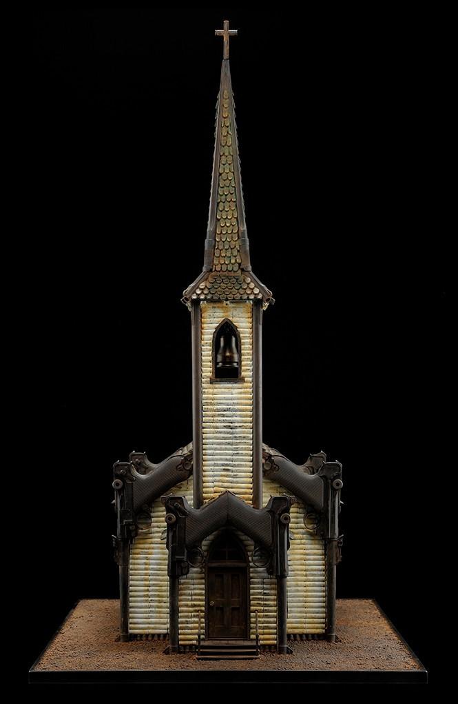 Revelation I, 2009. Dentro de esta iglesia, con capiteles de pistolas Luger, Farrow colocó un fascísimil del grabado 'Los cuatro jinetes del Apocalipsis' de Durero