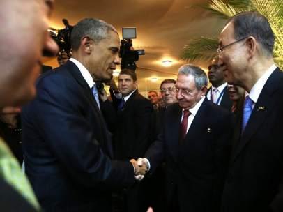 Apret�n de manos Obama - Castro