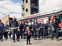 Los bomberos de Valencia, con Nayra.
